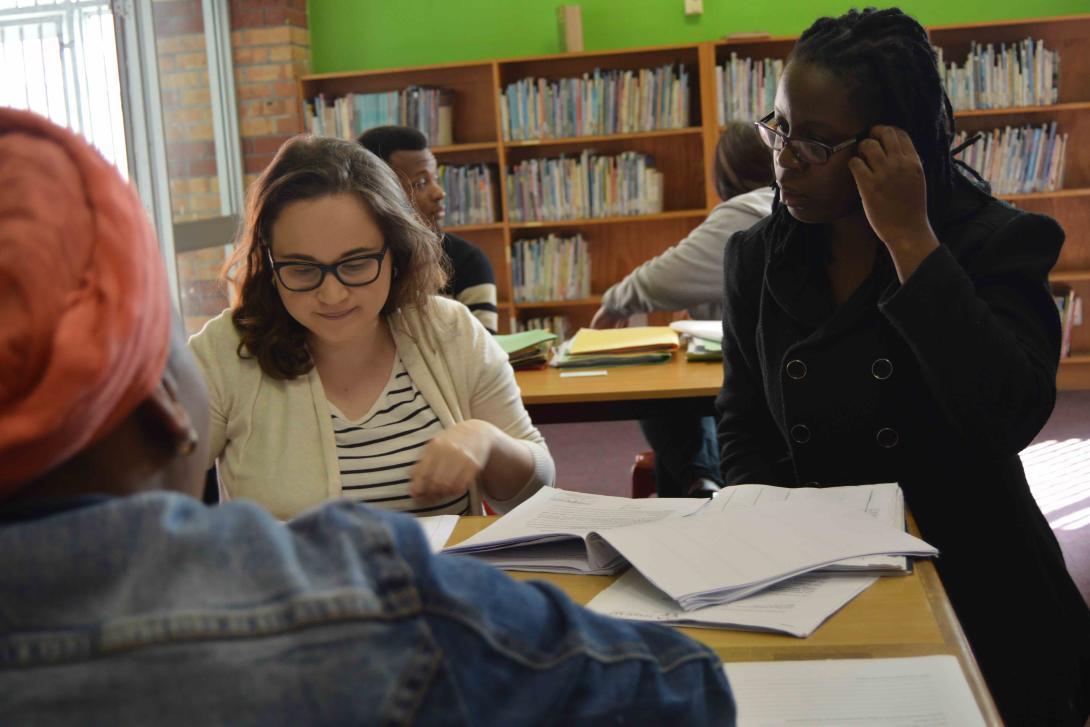 Interna de derecho participando en una clínica legal junto a una abogada en Sudáfrica.
